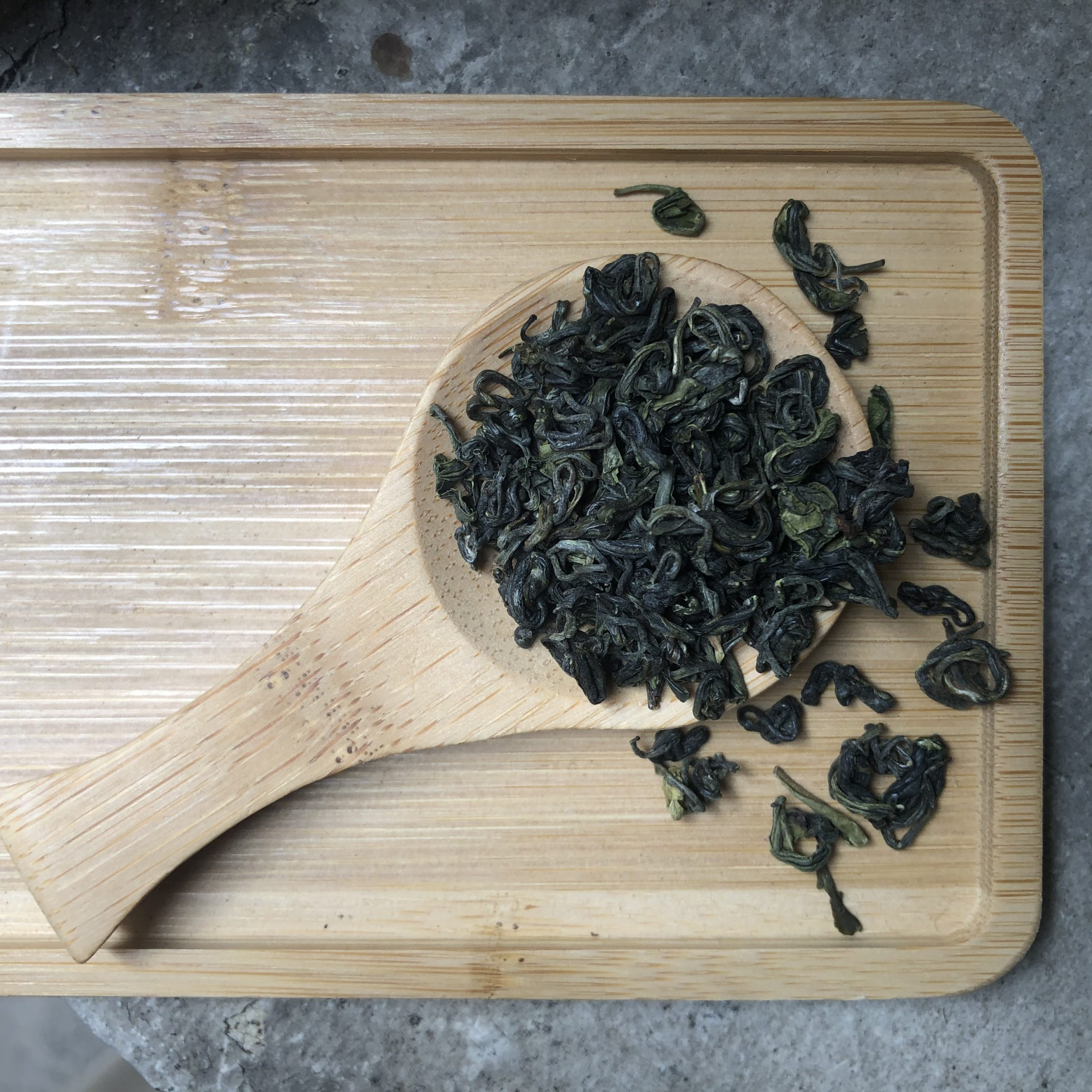 plateau et cuillère à thé en bambou